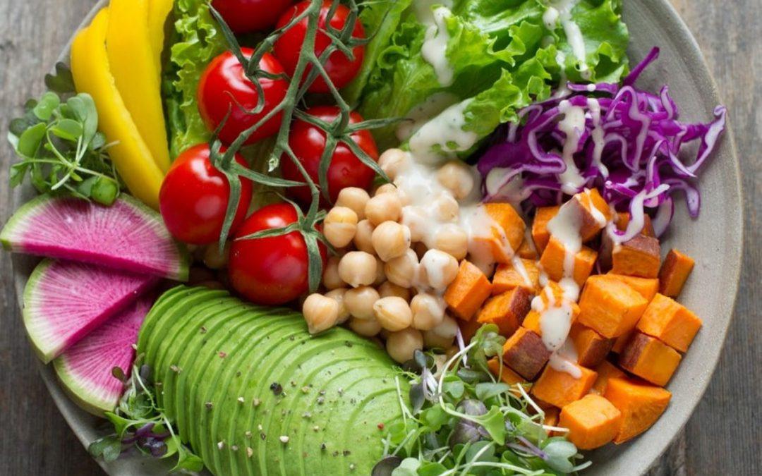 Το μπολ των λαχανικών με ντρεσινγκ ελαιόδαδου με λάιμ
